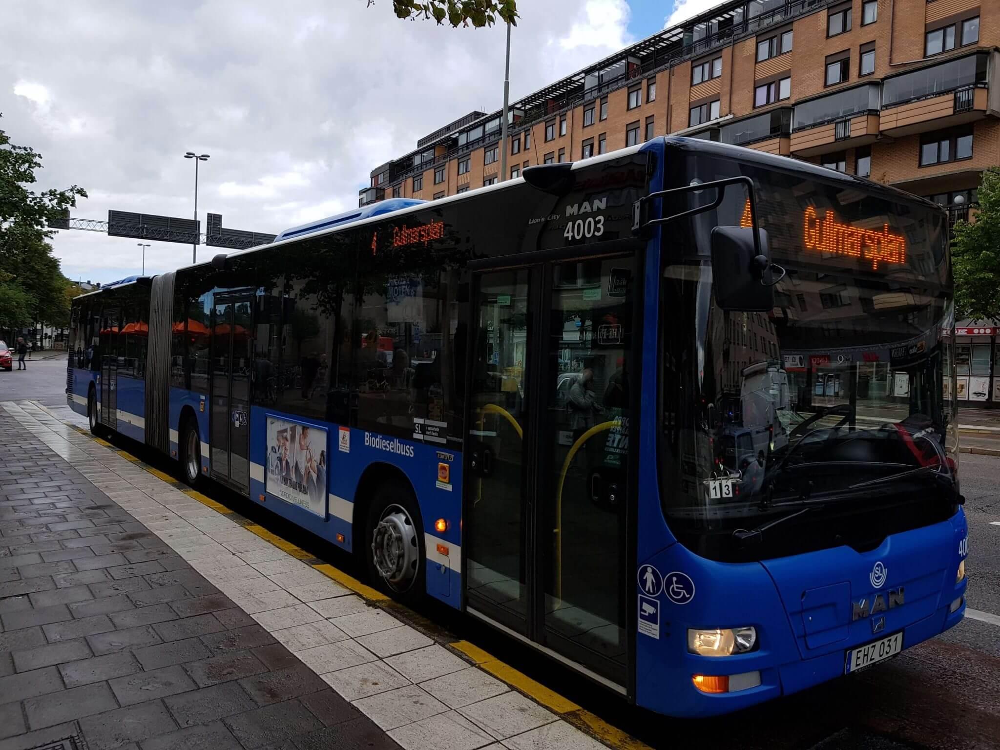 SL-buss i Stockholms Lokaltrafik vid Skanstull på väg mot ändhållplatsen Gullmarsplan. Foto: Foldanalys.se