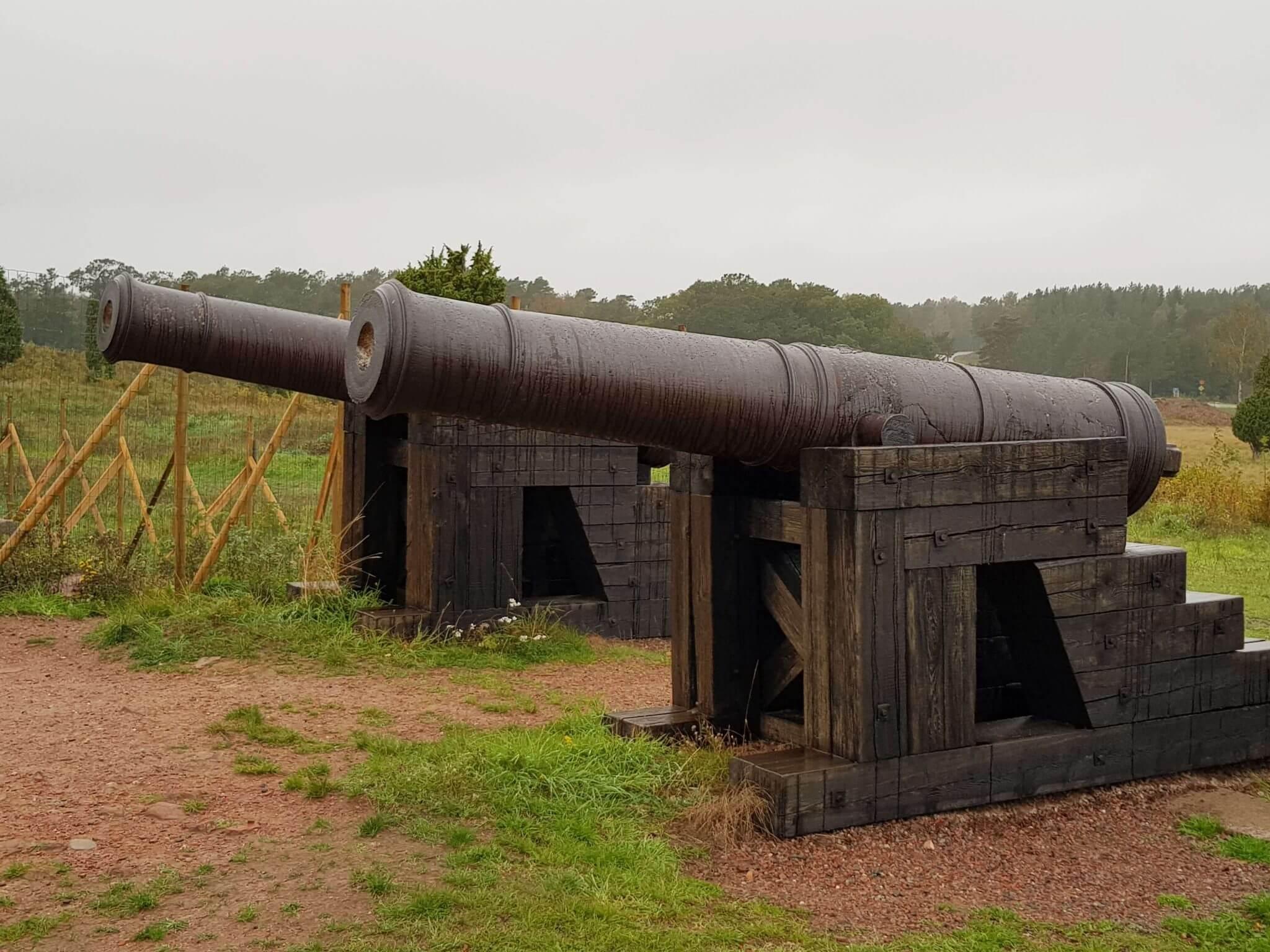 Ryska kanoner på Bomarsunds fästningsruiner på Åland