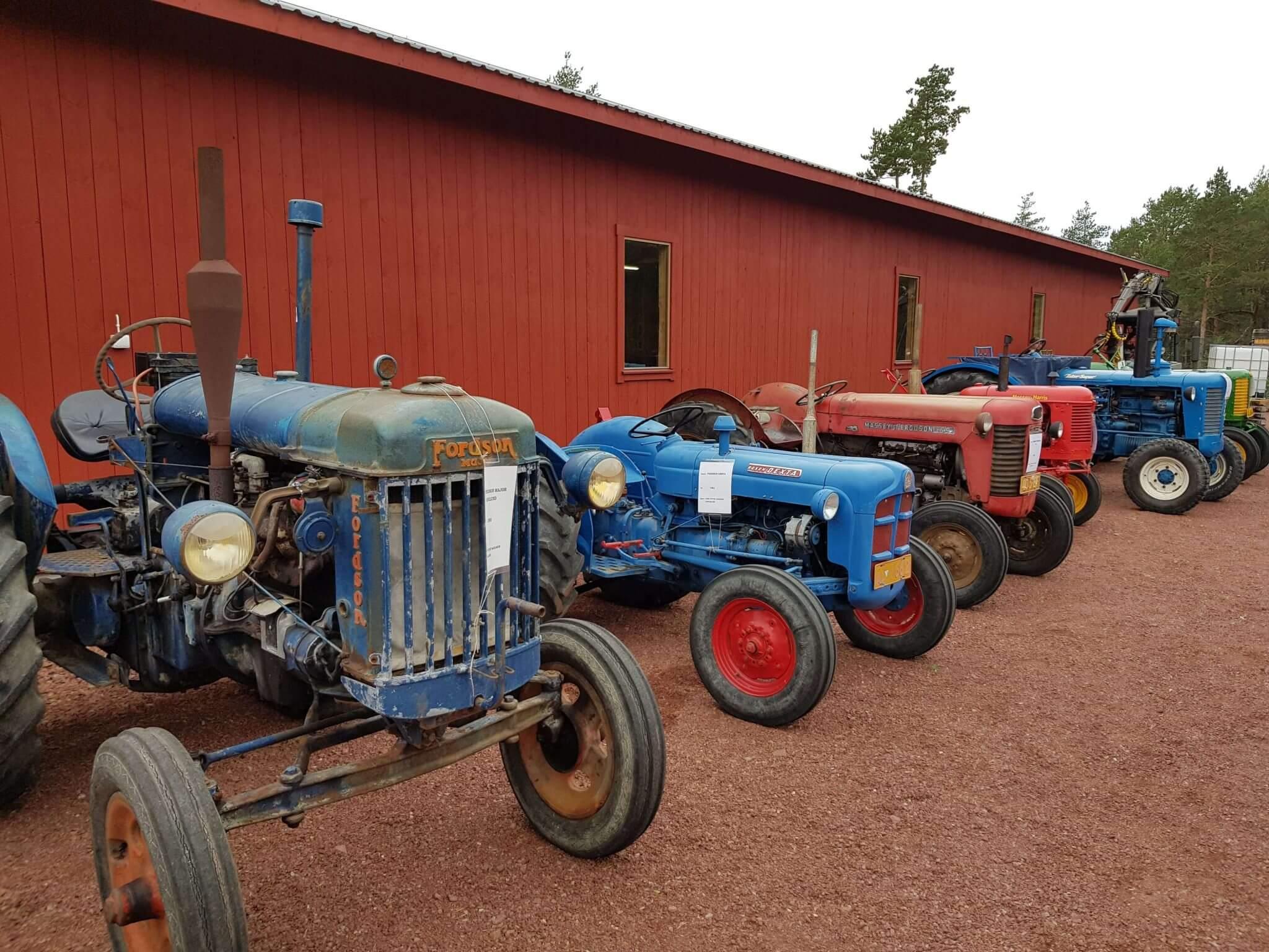 Utställning av veterantraktorer på Skördefesten på Åland