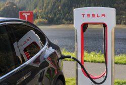 Elbilen Tesla Model X under laddning vid laddningsstolpe. Dags att köpa ny bil?