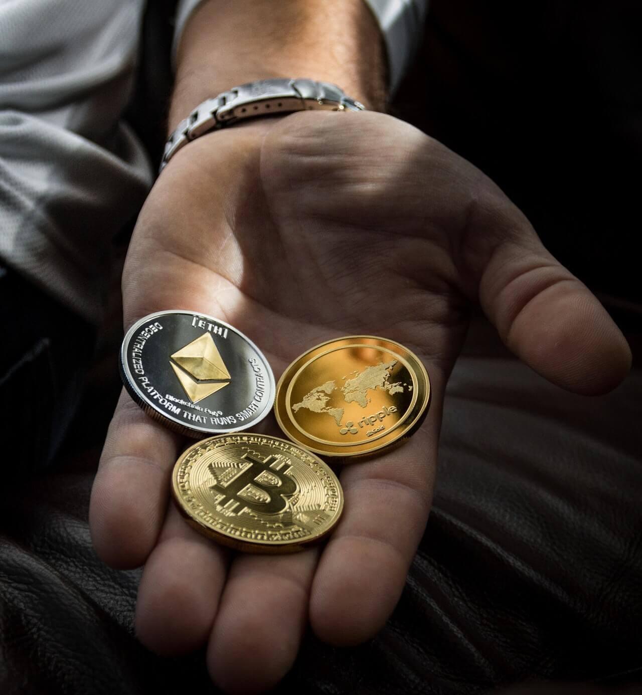 Bitcoin, Ethereum och Ripple är tre exempel på cryptovalutor. Och nej, de finns inte som fysiska mynt, utan är i digital form.
