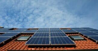 solceller på ett villatak producerar solkraft